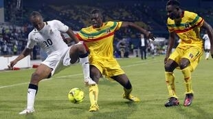 Ghana's Ayew Andre Morgan Rami (L) challenges Diakite Drissa (C) and Kante Cedric of Mali