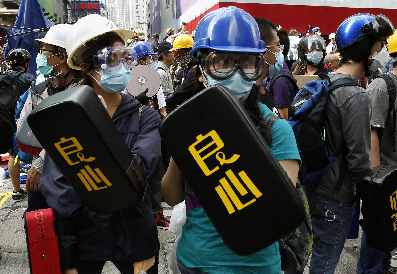 资料图片:2014年11月26日香港旺角购物街争民主占领运动青年人。