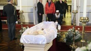 Le Belges rendent hommage à l'ancienne reine Fabiola, le 10 décembre 2014, au Palais royal de Bruxelles en Belgique.