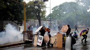 Người biểu tình Venezuela đối đầu với lực lượng an ninh trong cuộc biểu tình chống tổng thống Nicolas Maduro, ngày 28/07/2017.