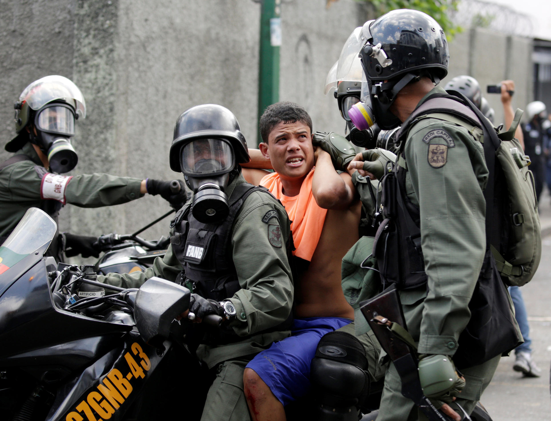 Na Venezuela os protestos têm vindo a ser reprimidos com a crise sócio-política a agudizar-se.