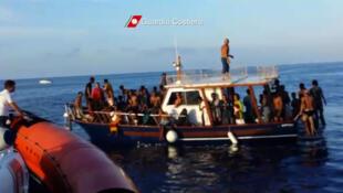 Reprodução de vídeo da guarda-costeira italiana que mostra sobreviventes do naufrágio em Lampedusa.