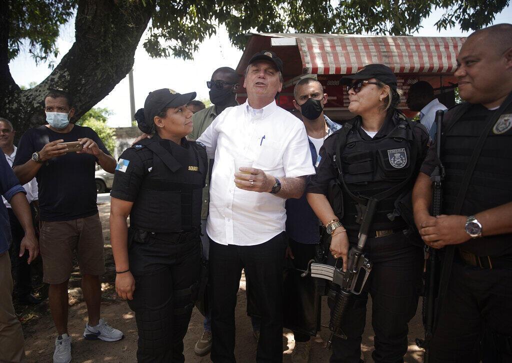 Jair Bolsonaro com policiais