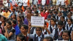 Une femme porte une pancarte lors d'une manifestation contre le viol et le meurtre d'une femme de 27 ans à Hyderabad,en Inde.
