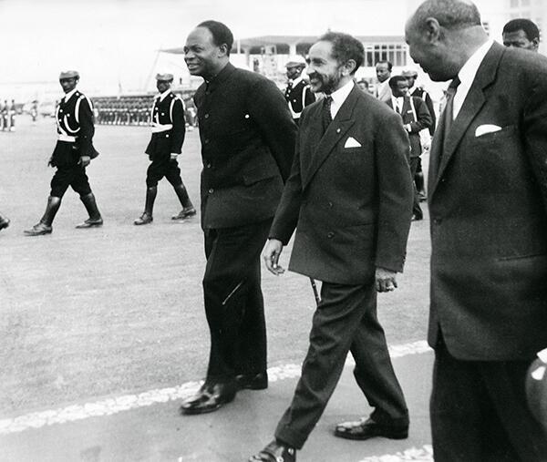 L'empereur éthiopien Haïlé Sélassié Ier accueille le président du Ghana, Kwame Nkrumah,   venu à Addis-Abeba, le 25 mai 1963, pour assister à la conférence constitutive de l'OUA.