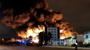 Una planta química con material potencialmente peligroso era pasto de las llamas este jueves en la ciudad de Rouen, en el noroeste de Francia, y las autoridades han pedido a los habitantes que permanezcan en casa.