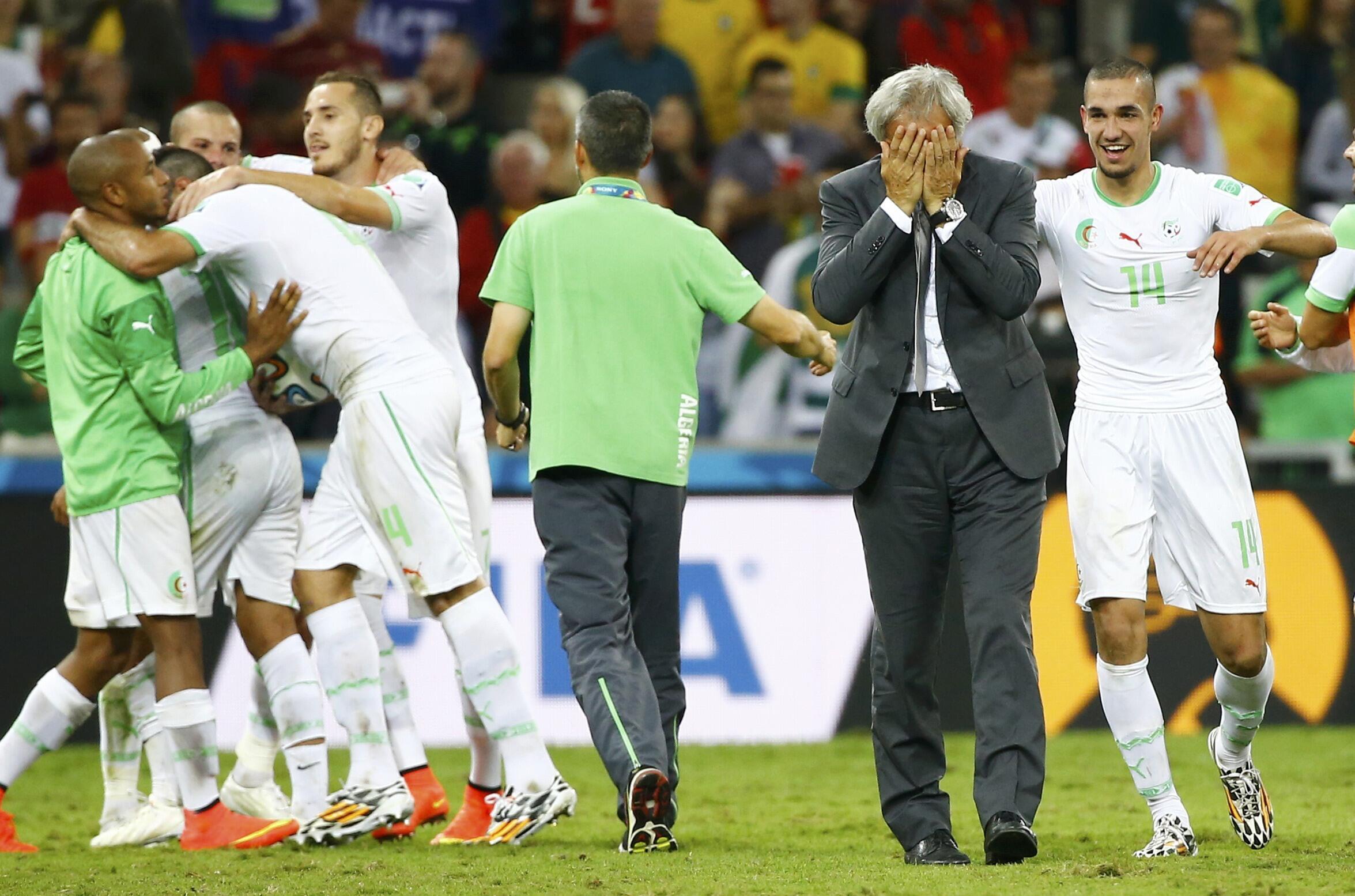 Le sélectionneur de l'Algérie Vahid Halilhodzic et ses joueurs, au moment de fêter la qualification historique des Fennecs pour les huitièmes de finale du Mondial brésilien, le 26 juin 2014.