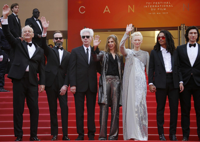 """Parte do elenco do filme """"Os Mortos Não Morrem"""", de Jim Jarmush, no tapete vermelho de Cannes"""