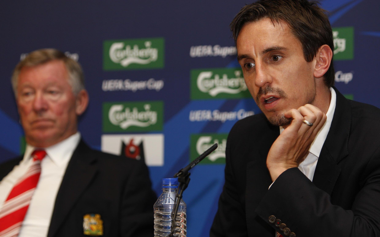 Sir Alex Ferguson (à gauche) et Gary Neville (à droite) en conférence de presse, le 28 août 2008.