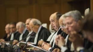 El juez Peter Tomka habla durante la sesión final en la CIJ, La Haya, este 27 de enero de 2014.