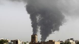 Une attaque aérienne de la coalition sur un dépôt d'armes à Sanaa, le 7 juillet.