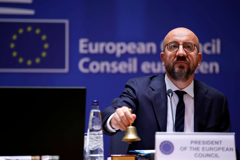 Le président du Conseil européen Charles Michel signale le début du sommet de l'UE au siège du Conseil européen à Bruxelles, le 24 juin 2021.