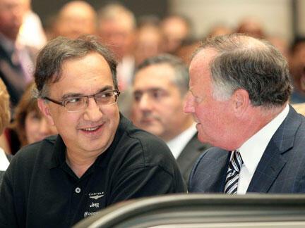 Le numéro un de Fiat et désormais patron de Chrysler, Sergio Marchionne (g), lors de la signature de l'accord de rachat du constructeur automobile américain, le 10 juin.