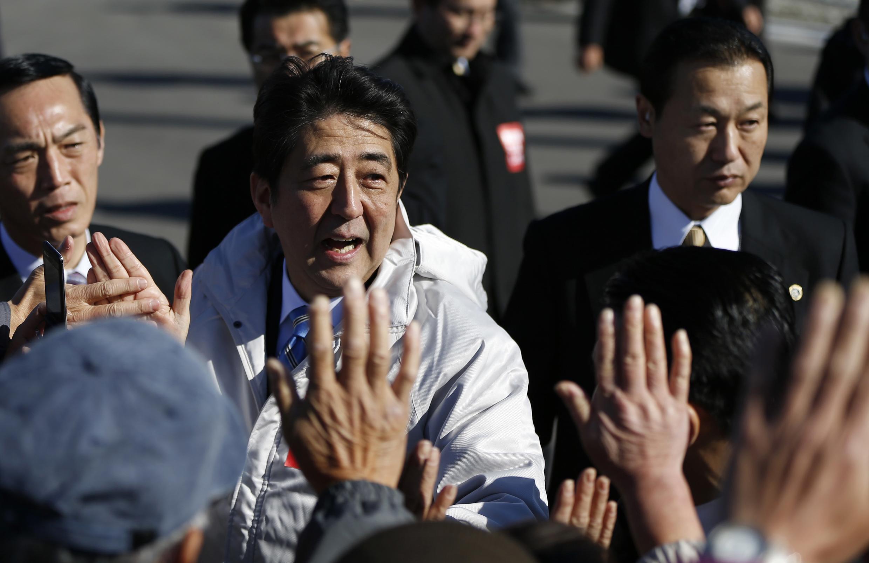 Thủ tướng Shinzo Abe trong chiến dịch vận động bầu cử tại Fukushima hôm 2/12/2014.