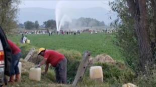 Người dân tại Tlahuelilpan (Mêhicô) đang lao vào chổ đường ống dẫn dầu bị thủng để lấy xăng. Ảnh chụp ngày 18/01/2019.