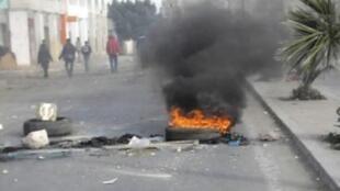 Một đường phố ở Rgeb gần Sidi Bouzid, sau đám tang những nạn nhân trong vụ đối đầu với cảnh sát ngày 10/1/11.