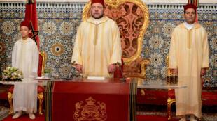 Мухаммед VI (в центре) неоднократно делал заявления против терроризма, но прежде ни разу не обращался по этому поводу к марокканской диаспоре