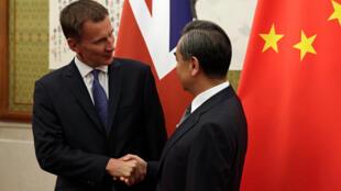 图为英国外相侯俊伟与中国外长王毅2018年7月30日在北京会面