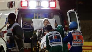 Le pilote français Romain Grosjean pris en charge par les soigneurs après son effroyable accident sur le circuit de Sakhir à Bahreïn, le 29 novembre 202.