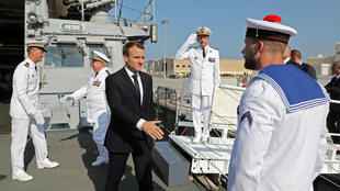 Emmanuel Macron en visite sur la frégate «Jean-Bart» stationnée à Abou Dhabi, le 9 novembre 2017.