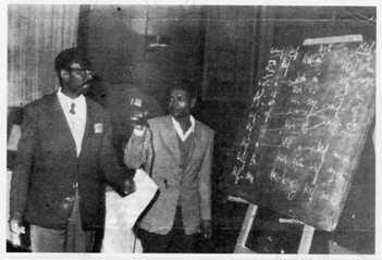 Cheikh Anta Diop fait une démonstration de comparaison linguistique entre l'égyptien ancien et le wolof au Colloque du Caire en 1974.