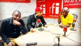 Abbas Pira (Katikati) mchezaji wa soka nchini Tanzania akiwa na wanahabari wa RFI Kiswahili, Victor Abuso na Fredrick Nwaka