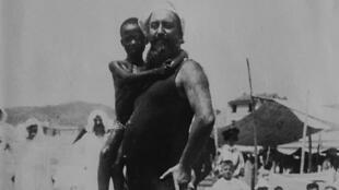Luigi Robecchi Bricchetti et Mabruc sur une plage.