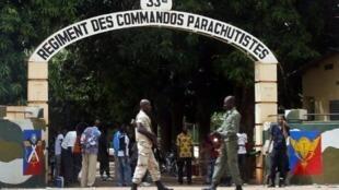 Un soldat monte la garde devant l'entrée du 33e régiment de parachutistes (bérets rouges) dans le camp de Djicoroni à Bamako le 2 mai 2012.