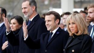 Начало церемонии на Трокадеро. Слева направо — Летиcия и Фелипе VI (королева и король Испании), Эмманюэль и Брижит Макрон