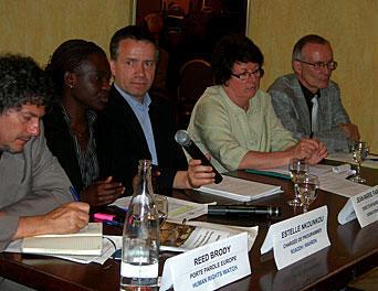 De g. à dr., Reed Brody (HRW), Estelle Nkounkou-Ngongo (ROADDH),  Jean-Marie Fardeau (HRW-France), Catherine Choquet (LDH) et Patrick Baudoin (FIDH).