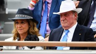 L'ancien roi Juan Carlos et sa fille aînée, Elena de Borbon y Grecia, lors d'un match de Roland Garros, à paris, le 9 juin 2019.