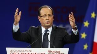 François Hollande devant les militants socialistes réunis en meeting au Bourget près de Paris, le 22 janvier 2012.