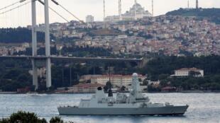 នាវាចម្បាំងអង់គ្លេស HMS Duncan (D37) ឆ្លងកាត់សមុទ្របូសហ្វ័រក្បែរក្រុងអ៊ីស្តង់ប៊ូល ឆ្ពោះទៅកាន់ តំបន់ឈូងសមុទ្រពែក្ស។ ថ្ងៃទី១២ កក្កដា ២០១៩