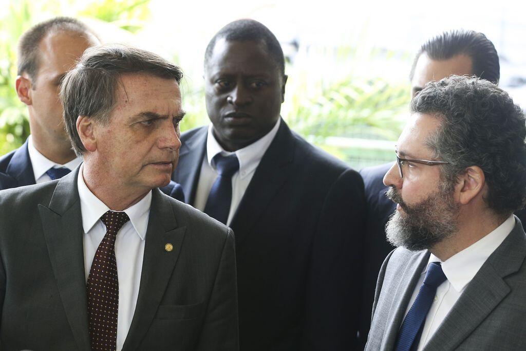 O presidente Jair Bolsonaro (à esquerda) e o ministro das Relações Exteriores, Ernesto Fraga Araújo ( à direita).