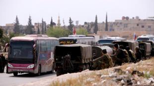 Des autobus évacuent les rebelles de Jaïch al-Islam et leurs familles de Douma, dans la Ghouta orientale, vers un camp de déplacés dans la banlieue de Damas, le 12 avvril 2018.