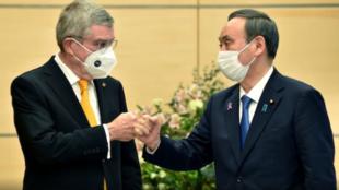 国际奥委会主席巴赫与日本首相菅义伟资料图片