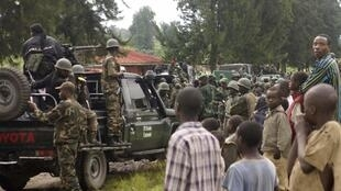 Residents watch as Congolese soldiers arrive at Rumangabo military base, formerly held by M23 rebels, north of Goma, 28 October 2013