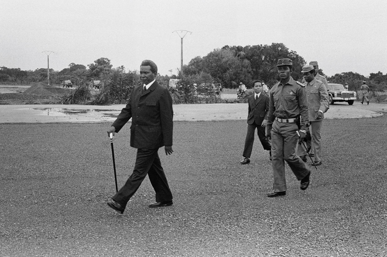 L'ancien chef d'État équato-guinéen Francisco Macias Nguema, suivi par Teodoro Obiang, alors lieutenant-colonel, en 1979.