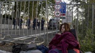 Một người tị nạn chờ được vào Hungary, sau khi cảnh sát Hungaria đóng cửa biên giới với Serbia, ngày 15/09/2015.