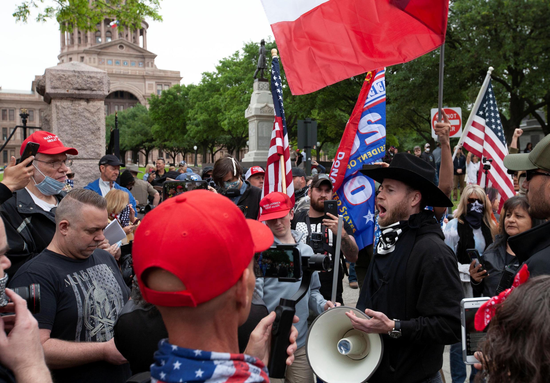 Biểu tình trước Nghị Viện bang tại Austin, Texas, Mỹ đòi gỡ bỏ phong tỏa vì dịch virus corona ngày 18/04/2020. REUTERS/Nuri Vallbona