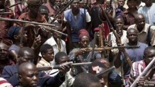 Wasu matasa a Najeriya na kungiyar sa kai ta Civilian JTF, da suka sadaukar da kansu wajen yakar masu tada kayar baya.