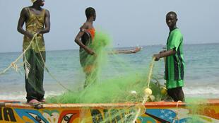 Des pêcheurs à Thiaroye-sur-mer au Sénégal, le 19 juin 2008.