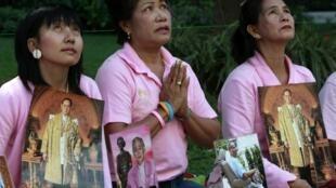 Dân chúng Thái Lan cầu nguyện cho Quốc Vương khỏi bệnh. Ảnh tư liệu tháng 11/2009
