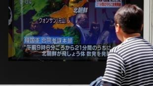 Les médias japonais ont fait état des tirs nord-coréens dans leurs émissions matinales, le 4 mai 2019.