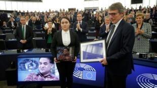 欧洲议会2019年度萨哈罗夫人权奖颁奖仪式,图为欧洲议会议长David-Maria Sassoli与伊力哈木的女儿菊儿,2019年12月18日。