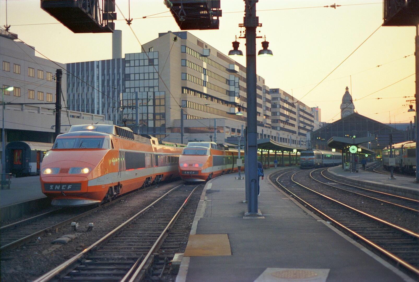 Image de la première édition du train DGV arrivé au Carré de Lyon à Paris dans les années 1970.