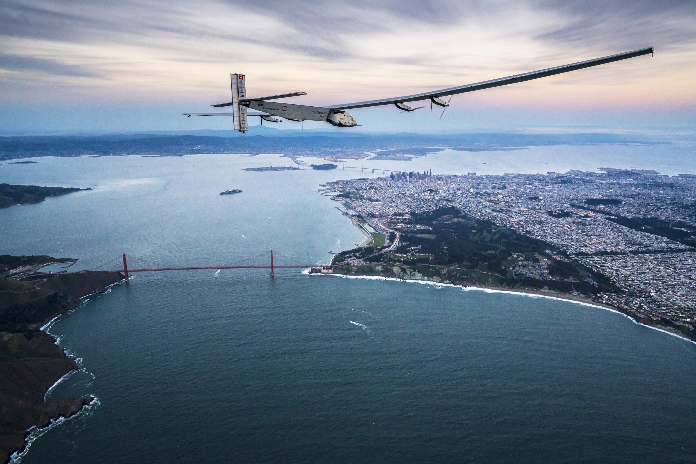 Solar Impulse 2, volant au-dessus du pont de San Francisco après sa traversée du Pacifique.