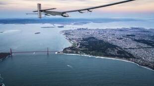 Solar Impulse 2 bay bên trên cầu  San Francisco ngày 23/04/2016.