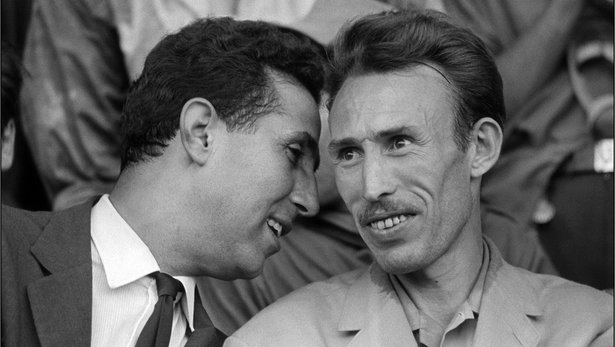 Ahmed Ben Bella discute avec Houari Boumédiène, colonel de l'Armée de libération nationale (ALN), au Stade municipal d'Alger, le 10 septembre 1962.