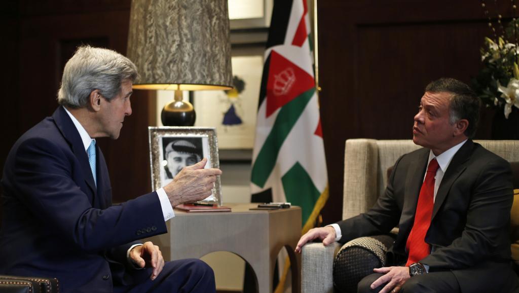 Mfalme wa Jordan, Abdallah II akimpokea kwa mazungumzo katika Kasri lake Waziri wa mambo ya nje wa Marekani John Kerry, Amman Novemba 13 mwaka 2014.